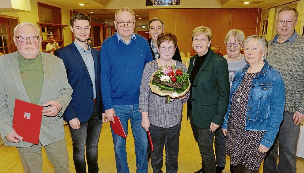 Hannelore Kraft (4. von rechts) mit ihrer Urlaubsfreundin Gabriela Detert (5. von rechts) im Kreis der für 25, 40 und 50 Jahre Mitgliedschaft geehrten Sozialdemokraten mit dem Vorsitzenden des Ortsvereins, Jonas Schmidt (2. von links)